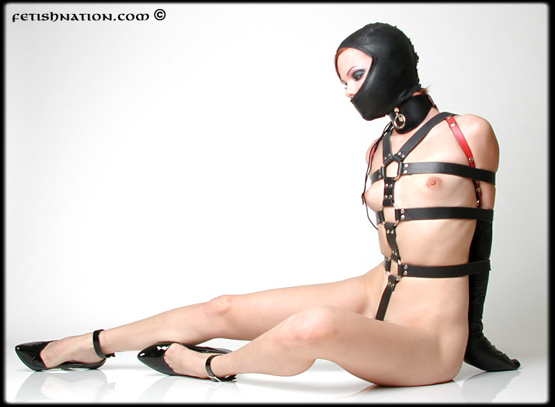 This naked model got very small tits, but enjoys being bound with monoglove