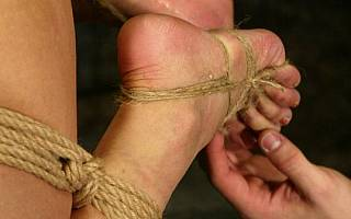 Nasty ropework around female feet (Jan 2011)